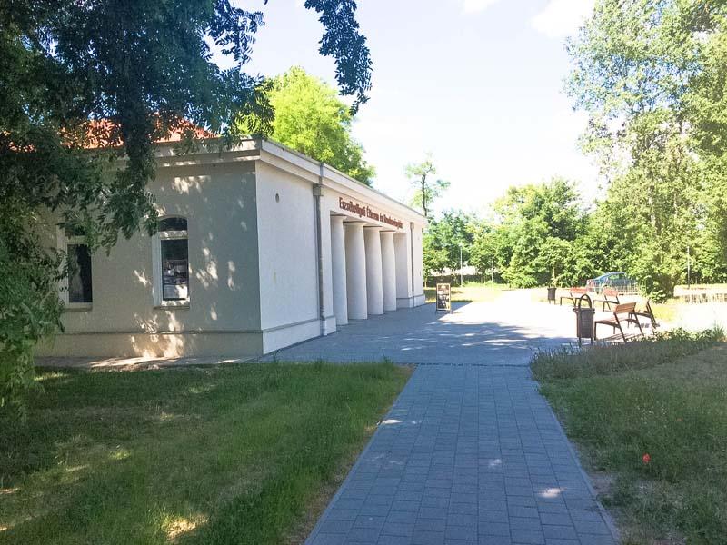 c2b532e076 Erzsébetligeti Étterem és rendezvényház - a parkból haladva budapesti esküvő